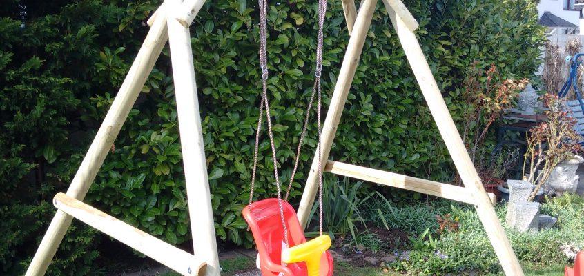 Hausmeisterservice – Montage einer Kinderschaukel aus Holz mit Bodenanker