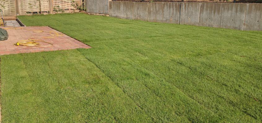 Hausmeisterservice – Gartenpflege – Verlegen von Rollrasen inklusive Vorbereitung der gesamten Fläche mit Baumfällung und Wurzelentfernung