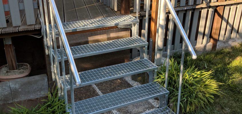 Hausmeisterservice – Gartenpflege – Anbringen einer Terrassentreppe (Baumarktware)